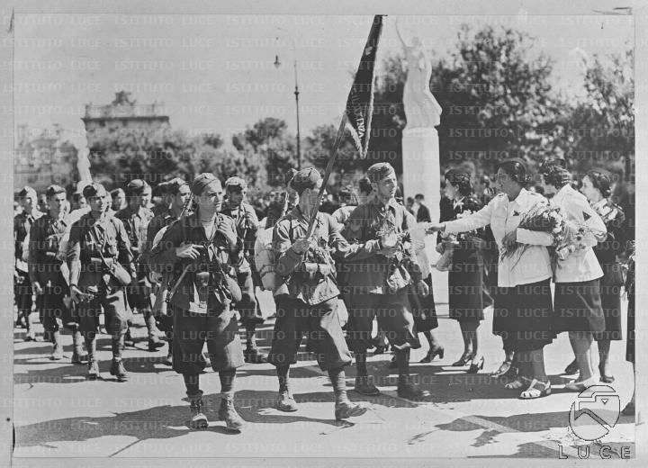 Volontari della G.I.L. sfilano e alcune donne aderenti ai Fasci Femminili gli offrono dei fiori  RG/RG106/RG00004194.JPG