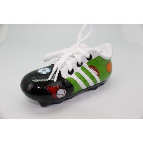Original hucha de ceramica zapatilla de futbol para niños surtido en colores y presentada en cajita de carton blanca.