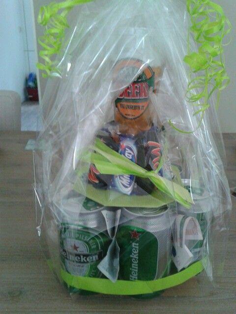 """""""Biertaart""""  Blikjes bier, lekkere chocalade, bierglas en geld. Super leuk cadeau voor een bierliefhebber"""