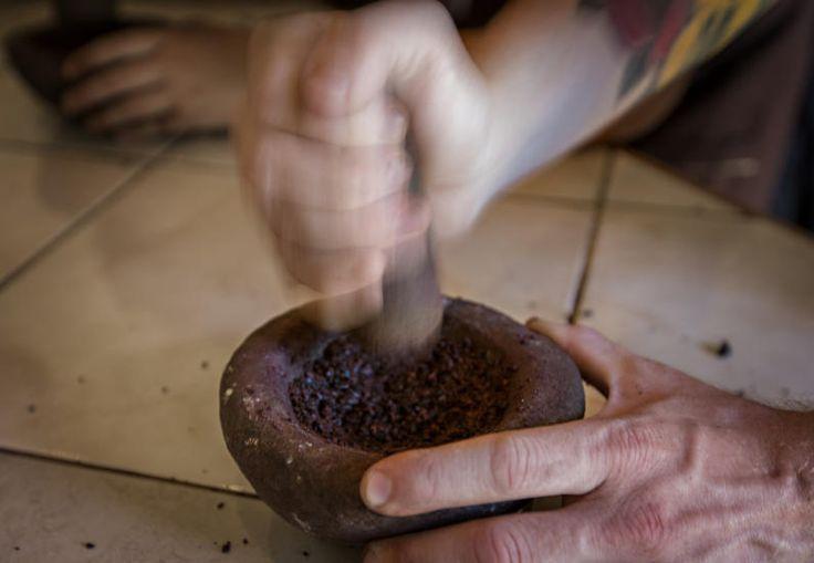 MORTER: Morting av kakaobønner. Med friksjon blir bønnene til kakaomasse