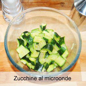 Per chi non ha tempo di cucinare il contorno: un semplice ma gustoso piatto di zucchine, velocissimo da preparare grazie alla cottura nel forno a microonde.