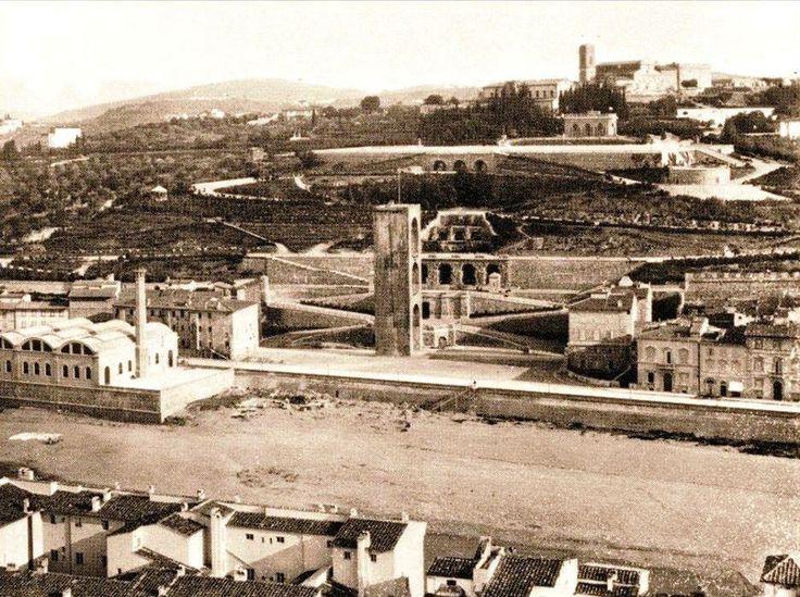 1892. Fabbrica dell'Acqua, che vediamo a sinistra sotto la Porta S. Niccolò e, più in alto, il Piazzale Michelangelo e, più in alto ancora, S. Miniato al Monte.