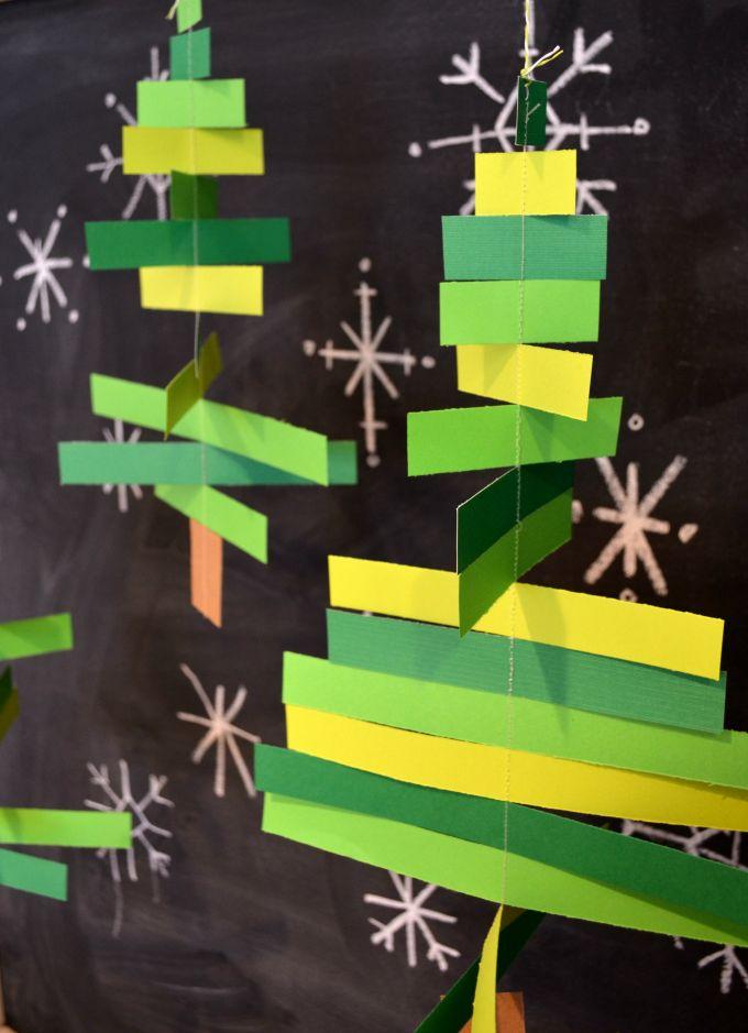 telkens 2 strookjes papier van de zelfde lengte op elkaar plakken mét een draadje ertussen. de lengte van de strookjes van breed naar smal, zodat een kerstboom ontstaat....;)