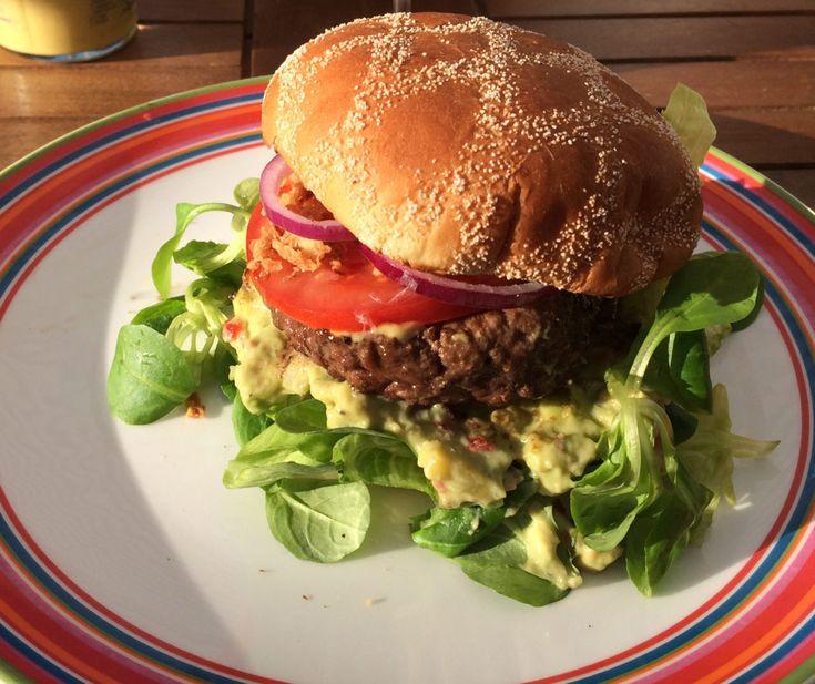 Hamburgaren är en pigg hundraåring. Det var för drygt hundra år sedan som man i USA började sälja hamburgare. Det finns olika teorier om hur traditionen att äta nötfärsbiffar mellan bröd uppkom. De flesta är dock överens om att det var tyska immigranter i USA som ligger bakom. Den första hamburgerbaren i Sverige, öppnade 1957 i Helsingborg.   #Grillat #Lättlagat #Mat #Nöt #Recept