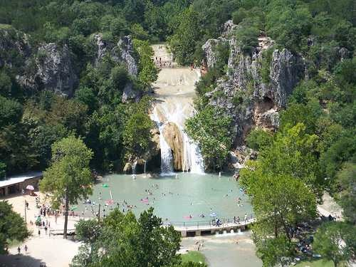 Waterfalls in Oklahoma! Turner Falls drops 77 unique feet along Honey Creek in Turner Falls Park which is a city park located in southern Oklahoma in Davis about 90 miles south of Oklahoma City. Turner Falls is easily the best known and most popular waterfalls in Oklahoma. Kristin we r going here next time we go!