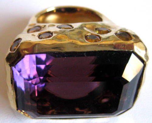 """Tony-Duquette-Ouro-18k-Ametista-amp-Amarelo-Safira-anel-de-coquetel-Roxo-Tamanho-7   Estado:Seminovo :  Notas do vendedor:""""pristine"""" Estado do item:SeminovoEstilo:Coquetel Tamanho de anel:7Metal:Ouro amarelo Tratamento da pedra principal:Nenhum tratamentoPureza do metal:18k (Solid, Unplated) Carat Total Weight:10.01 & LargerPedra principal:Ametista Exact Carat Total Weight:10.5Cor da pedra principal:Roxo"""