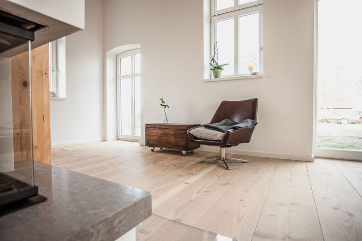 This resting point in Bremen was completely renovated in 2014. A floor in pur natur Douglas floorboards of the 300 series stretches across several storeys and gives off a comfortable warmth in the building. The rooms are only sparsely furnished - a modern interior design - so the wood can deploy its full natural effect. Dielenboden Bodendielen Douglasie Holz Nachhaltigkeit Made in Germany