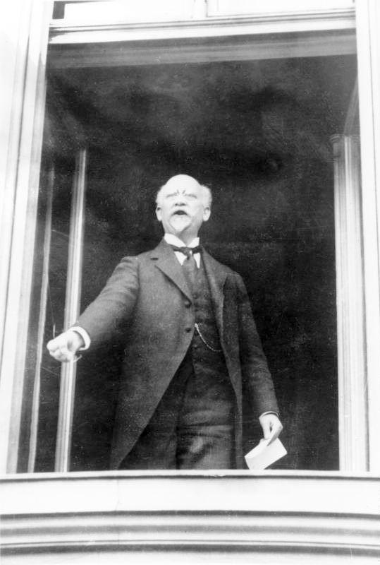 Philipp Scheidemann, Reichkanzler, proclama la República de Weimar desde un balcón del Reichtag.