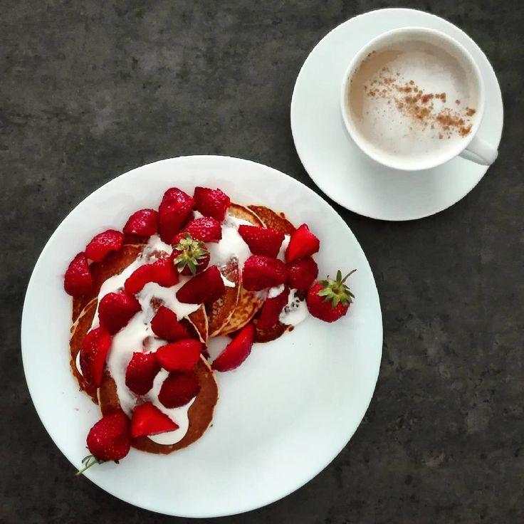 Placuszki białkowe na kefirze z truskawkami na 350 kcal.  B: 29g T: 13g W: 34g Bł: 6g ➖➖➖➖➖➖➖➖➖➖➖➖➖➖➖➖➖ 1 jajko 100 g kefiru 1/2 miarki odżywki białkowej 30 g mąki owsianej 20 g śmietany 18% 1/2 łyżeczki cukru pudru 140 g truskawek  Jajko roztrzepać z kefirem. Wsypać odżywkę i mąkę i wymieszać do połączenia składników. Smażyć na dobrze rozgrzanej patelni wysmarowanej lekko olejem kokosowym. Śmietanę wymieszać z cukrem, polać placuszki i posypać truskawkami. ➖➖➖➖➖➖➖➖➖➖➖➖➖➖➖➖➖ #2xme #2xme...