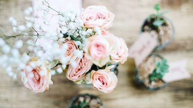 Arreglo floral de rosas color pastel para mesas de matrimonio.