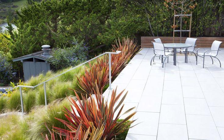 Hillside garden with native grasses - Decoist