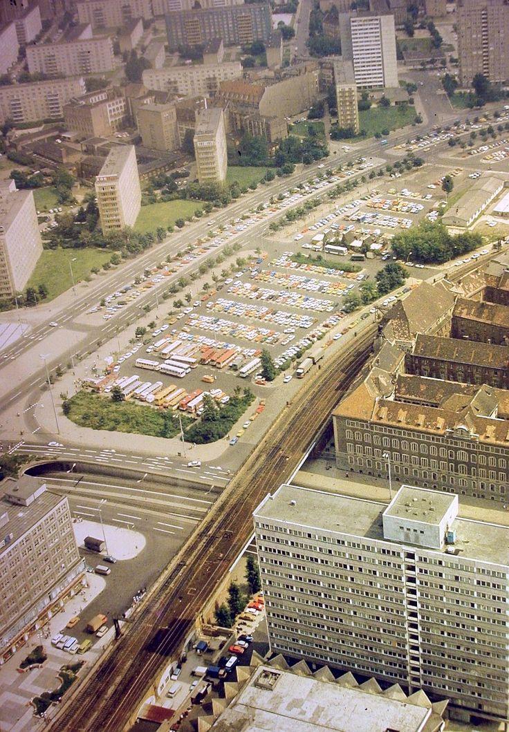 Alexanderstrasse 1977...Heute befindet sich dort das Alexa-Einkaufzentrum (Brache des ehemaligen Polizeipraesisiums)