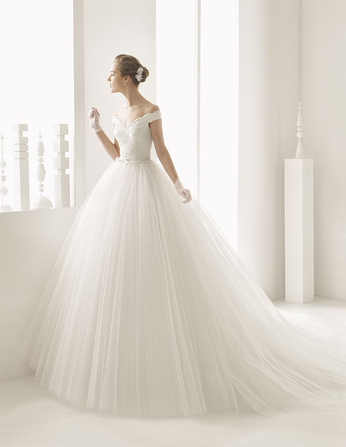Neira - Princess-style dress with beaded embroidered corded lace bodice, ballgown-style tulle skirt, off-the-shoulder V-neckline and natural waist with organza bow with hemstitch detail, in natural.