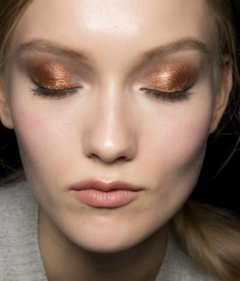 безупречный макияж глаз с тенями metallic:  тени нанесены в центр подвижного века  как пятно цвета, а в уголках глаз  скульптурные бежевые тени