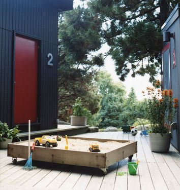 Modern sandbox. I like the idea of locking casters...no commitment required for a backyard layout just yet.