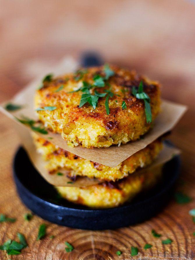 Pinnalta rapeat ja sisältä pehmeät kasvispihvit maistuvat kesäiseltä Kreikalta. Ei uskoisi, että ne on tehty porkkanalaatikon jämistä.