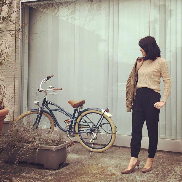 tomomie0604#今日の服#今日のコーデ#今日のコーディネート#ootd  結局#ユニクロ で#ジョガーパンツ 購入(*´艸`*)♡ で、早速履いて出かけたら足首からすごく寒かったという今日のコーディネート。  #UNIQLO#上下uniqlo  #コットンカシミヤケーブルクルーネックセーター は今週のチラシ商品。 #ドレープジョガーパンツ  #MA1 風#ブルゾン は#しまむら #アミアミ#パンプス #プチプラコーデ #プチプラファッション  #アラフォー#アラフォーコーデ #アラフォーファッション #読者モデル #tomomiestyle #kaumo #kaumo_fashion