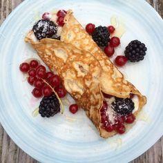 KOKOSCRÊPES - Amber Albarda.  Deze pannenkoeken zijn een heerlijk begin van de dag. Niet alleen omdat ze perfect en toch verantwoord zijn voor zoetekauwen, maar ook omdat ze in tegenstelling tot traditionele crêpes en pannenkoeken koolhydraatarm zijn. En dat is altijd een plus, ook als je niet op de lijn let. Serveer ze als ontbijt op bed of geniet er allemaal van aan een mooi gedekte ontbijttafel. Ze zijn te lekker om aan je neus voorbij te laten gaan!