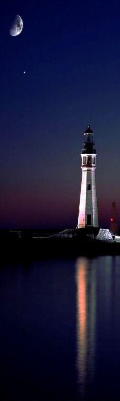 Tenue noche cubre el faro del Lago Erie en Buffalo, New York, USA