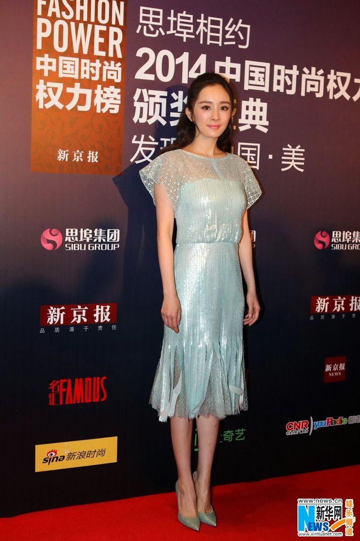 Michelle Chen and Yang Mi at award ceremony | China Entertainment News