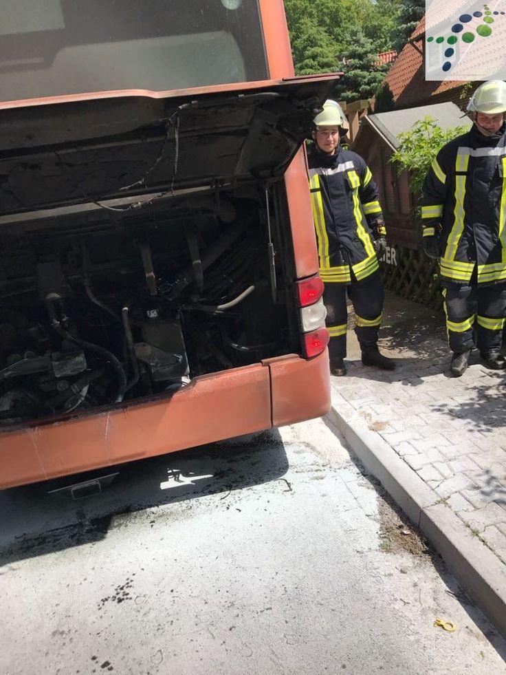 Die Feuerwehren Holxen und Suderburg wurden heute gegen 14:30 Uhr zu einem brennenden Bus alarmiert. Der Bus sollte im Bereich des Motors brennen.  Beim Eintreffen der Feuerwehr Suderburg, hatten die Kräfte aus Holxen das Feuer mit Hilfe von Kleinlöschgerät gelöscht.   #abstreuen von Betriebsstoffen #bus #feuer #feuerwehr #holxen #kein Personenschaden