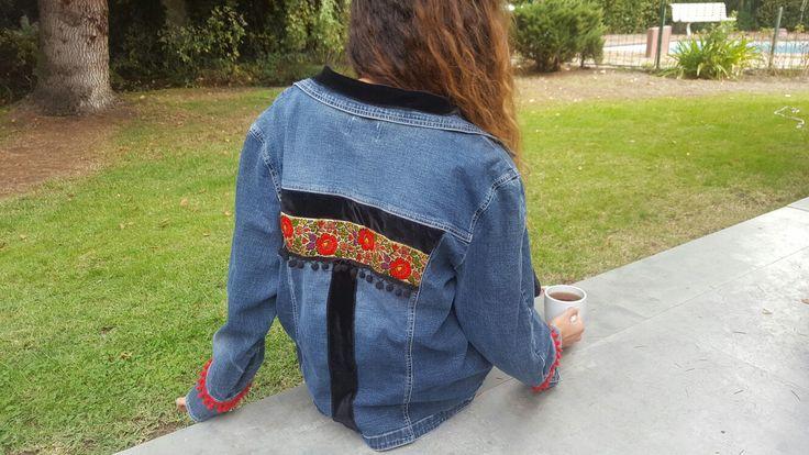 chaqueta jeans intervenida. bella cintas