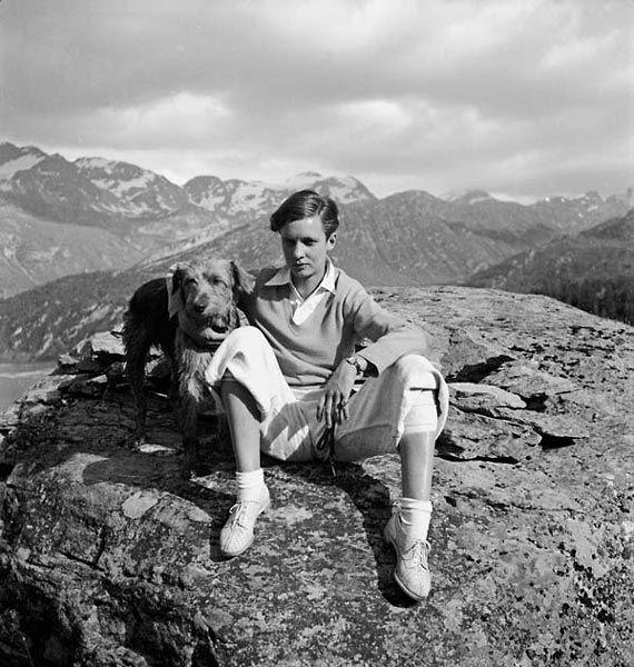 Annemarie Schwarzenbach und ihr Hund Doktor, Engadin, um 1936. Fotograf: unbekannt; Quelle: Nachlass Annemarie Schwarzenbach, Schweizerisches Literaturarchiv, Bern
