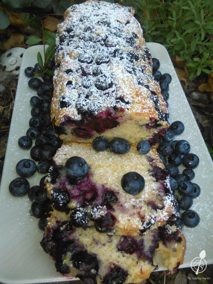 To ciasto robi się naprawdę ekspresowo. Powstało w sytuacji kryzysowej, kiedy mój mąż był mocno zawiedziony, że w sobotę nie będzie ciasta bo idę do pracy. Otworzyłam mój stary zeszyt z przepisami i trafiłam na ten właśnie. 10 minut zajęło mi przygotowanie masy, a w lodówce miałam akurat borówki amerykańskie, które świetnie sprawdziły się jako...Czytaj więcej