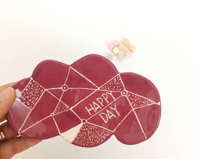 Piattino nuvoletta in argilla di colore bordò con la scritta Happy Day by nigutindor for sale on etsy