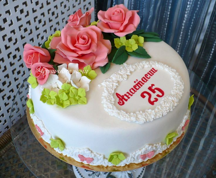 Белый торт с розами