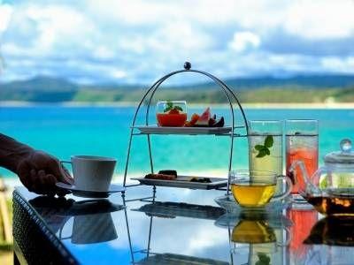 ドライブで立ち寄ったり、思い切りのんびりしたい、沖縄本島の綺麗な海が見えるカフェやレストランを集めて行きます。