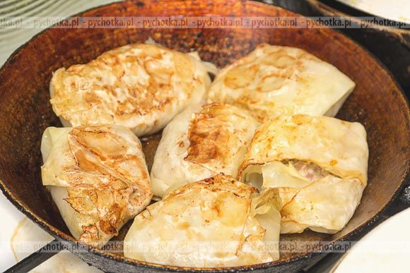 Baza najlepszych przepisów na potrawy półmięsne. Gołąbki podolskie z ziemniakami . Do wykonania tej potrawy potrzebujesz: ziemniaków, białej kapusty, słoniny.