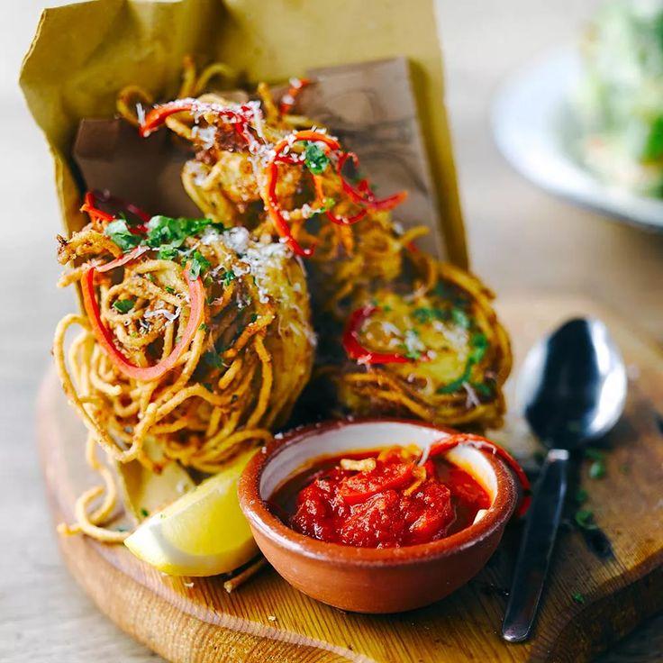Spaghetti fritti recept - Jamie magazine  INGREDIENTEN  4 personen • 3 eieren • handvol geraspte parmezaan, plus wat extra • 60 g ricotta • geraspte schil van 1 citroen, plus 4 partjes • blaadjes van 1 klein bosje bladpeterselie • 2 rode chilipepers zonder zaadjes, 1 fijngesneden, de andere in dunne reepjes • 250 g spaghetti, gekookt, uitgelekt en wat olijfolie erdoor geschept • olijfolie  Arrabiatasaus • 60 ml olijfolie • 1½ rode chilipeper • 4 tenen knoflook • 1 blikje tomaten à 400 g