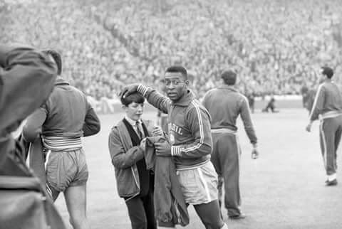 Glasgow, 1966.  Amistoso internacional.  Escócia 1-1 Brasil