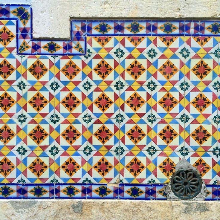 #azulejo #azulejos #tiles #design #pattern #patterns #urban #art #urbanart #city #portuguesetiles #azulejospadrao #amantedelosazulejos #azulejosdeportugal #portugaldenorteasul #portugalalive #portugal_de_sonho #portugal_em_fotos #portugal_lovers #wanderlust #igersportugal #travel #lisboa #portugal #streetphotography #urbex #gerador #architecture #p3top #vintage
