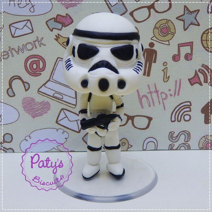 Miniatura estilo Mini Cult de um soldado Stormtrooper, da franquia Star Wars (Guerra nas Estrelas), de George Lucas. Venha conosco para o lado negro da Força! ;) <br> <br>Produto sob encomenda. Valor unitário. <br>Material: biscuit; base acrílica redonda. Altura: 8cm. <br> <br>Antes de encomendar, não esqueça de conferir as políticas da loja (http://www.elo7.com.br/patysbiscuit/politicas ), e de entrar em contato para consultar disponibilidade na agenda!