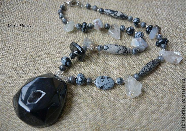 """Купить ожерелье с кулоном """"Атлантический циклон"""" - черный агат, агат с жеодой, снежный обсидиан"""