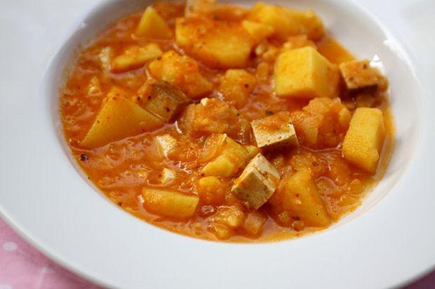 """""""Gulasch"""" tofuval, azaz paprikás krumpli, ubi és füstölt tofu"""