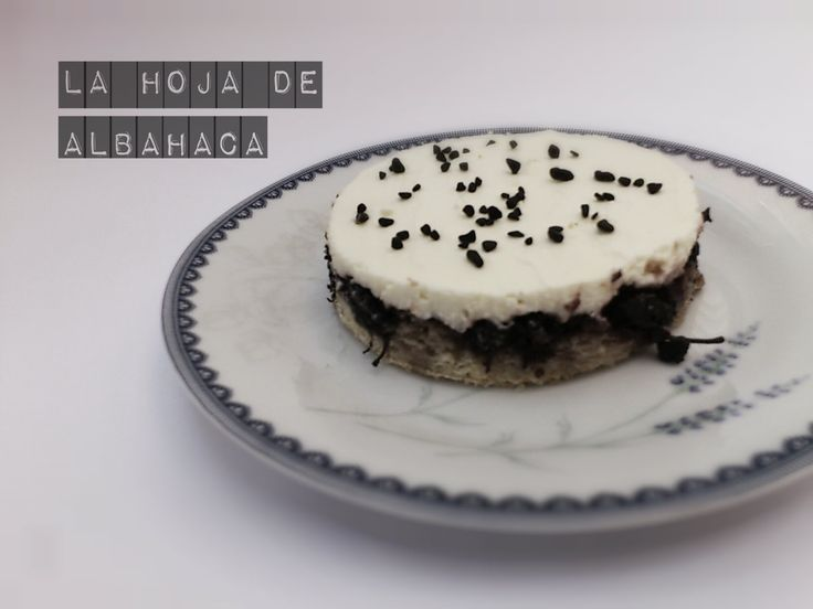¡Buenos días! No hay nada mejor de una receta de un postre para desearos un dulce y buen fin de semana :D http://www.lahojadealbahaca.com/2013/08/crostata-de-moras-con-crema-de.html