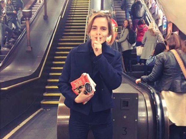 [On lit] Emma watson cache des livres dans le métro londonien - Biba magazine @bibamagazine
