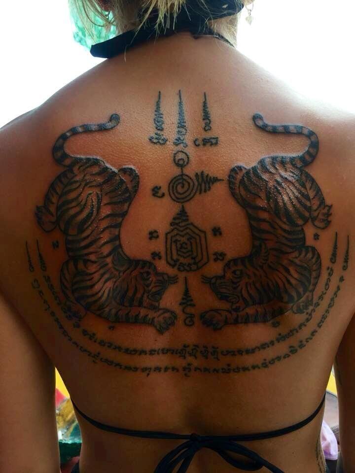 les 25 meilleures id es de la cat gorie tatouage thai sur pinterest tatouage sak yant. Black Bedroom Furniture Sets. Home Design Ideas