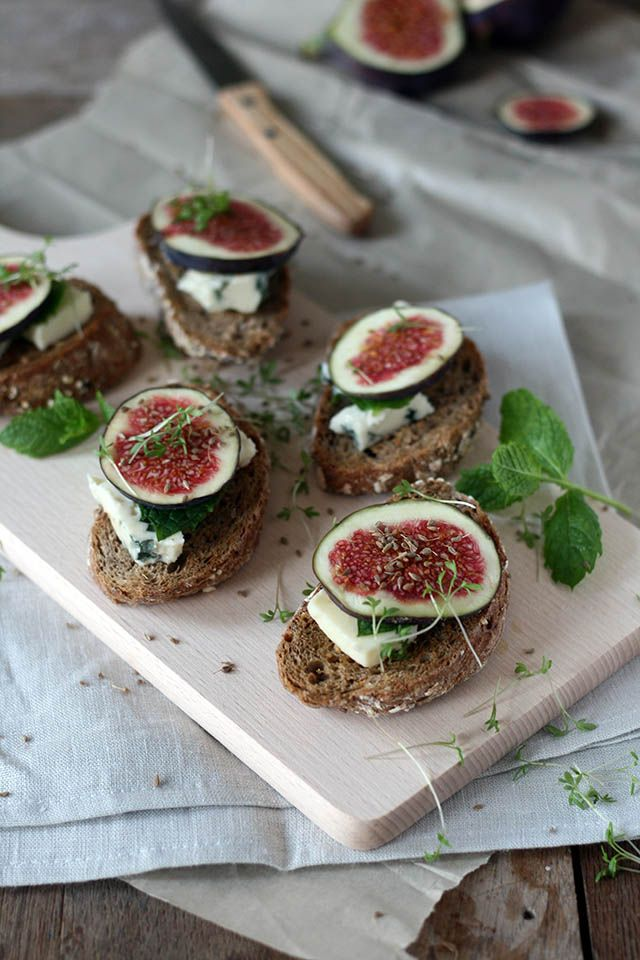 Bruschetta with fresh figs, blue goatcheese, mint and anise seeds. Perfect for the last days of summer.