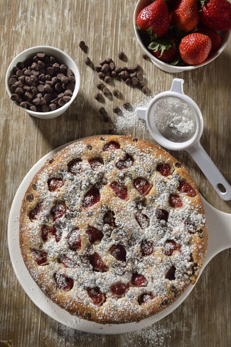 Si buscas un postre fácil de hacer y con un delicioso sabor, haz éste pastel de fresa con chispas de chocolate. Es perfecto para compartir con tus seres queridos, es un postre ideal para cuando te invitan a una comida.