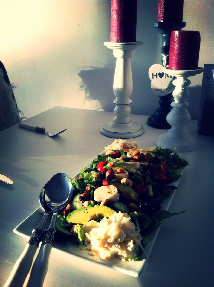 Healthy salad; with dried cranberry, mixed unsalted nuts, advacado, tomats, cumcumber, italian cheese, and an herb/vinager dressing. On the tops of the plate some waldorf salad with raisins and mandarin. | Felies01 |
