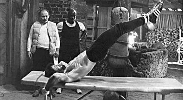 Gli esercizi isometrici sono fondamentali per il nostro allenamento, ci consentono di sviluppare tutte le qualità che servono per stare in forma.