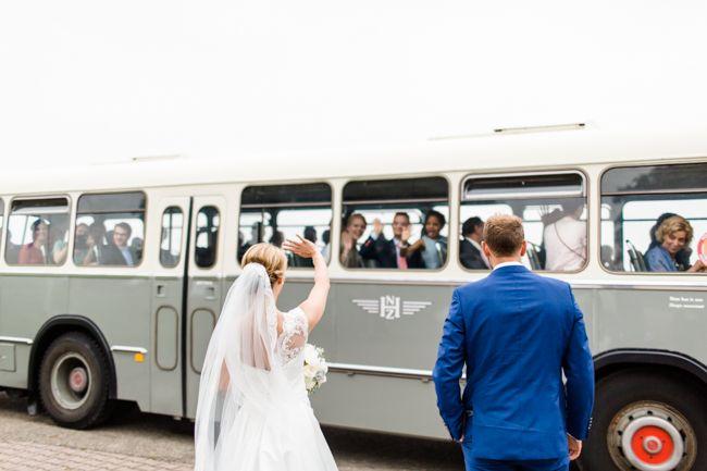 Bus voor de daggasten: Haags Bus Museum//Foto:Inge Kooima//Bruids-jurk,schoenen en toebehoren:Hengeveld Couture//Pak bruidegom:Den Engelsman en van Driel