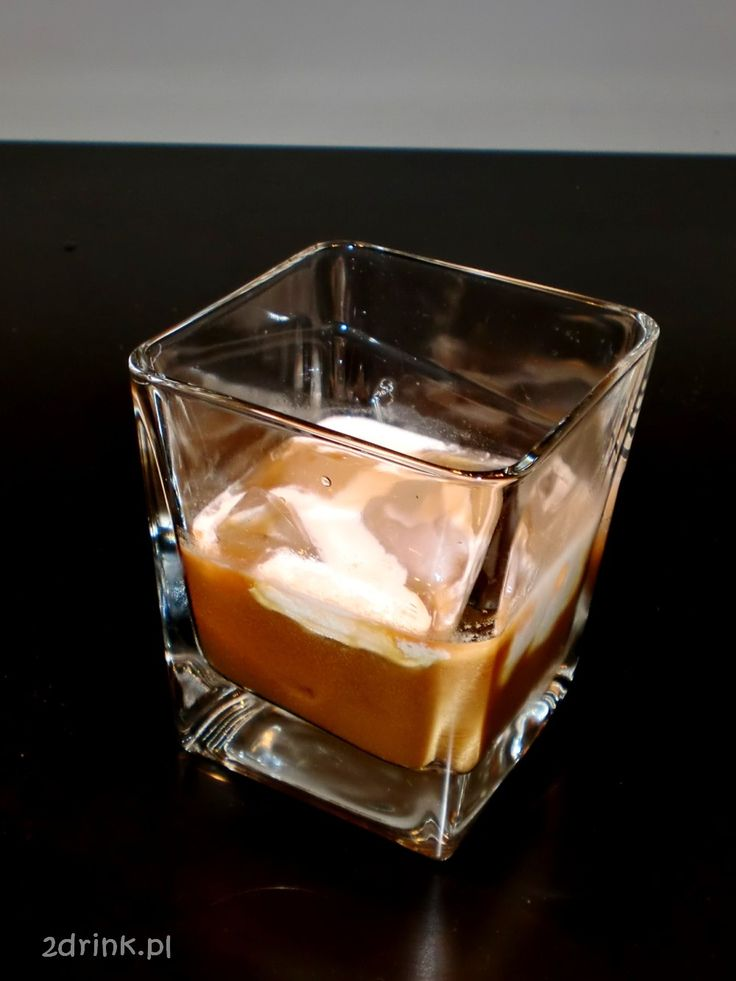 White Russian Składniki:   40 ml wódki  20 ml likieru kawowego kostki lodu (nie więcej niż 3)  30 ml skondensowanego mleczka  Przygotowanie:  Do szklanki wrzucić lód, wlać wódkę i likier kawowy, zamieszać. Na wierzch wlać delikatnie po ściance lub łyżeczce mleczko. Można też wlać mleczko po prostu i zamieszać.