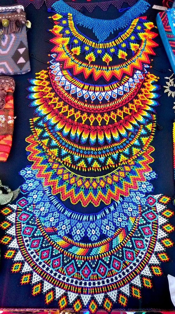 collares de piedras chaquiras realizados por la tribu Embera de Colombia…