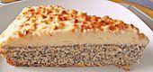 Schneller Mohnkuchen ohne Boden mit Paradiescreme und Haselnusskrokant