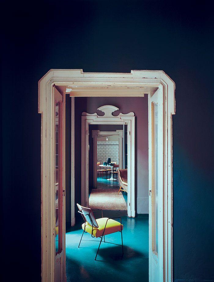 Le chic à l'italienne Toniques, intenses et aussi feutrées… chez le décorateur Emiliano Salci, de Dimore Studio, les couleurs jouent les oppositions d'une manière infiniment picturale. Une chaise de Pierre Coslin vient ajouter une tache de jaune vif sur fond de sol en béton bleu pétrole.
